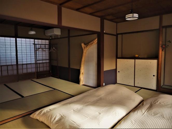 【2階寝室】2階の寝室10.5畳+荷物スペースがあり5名までお休み頂けます。