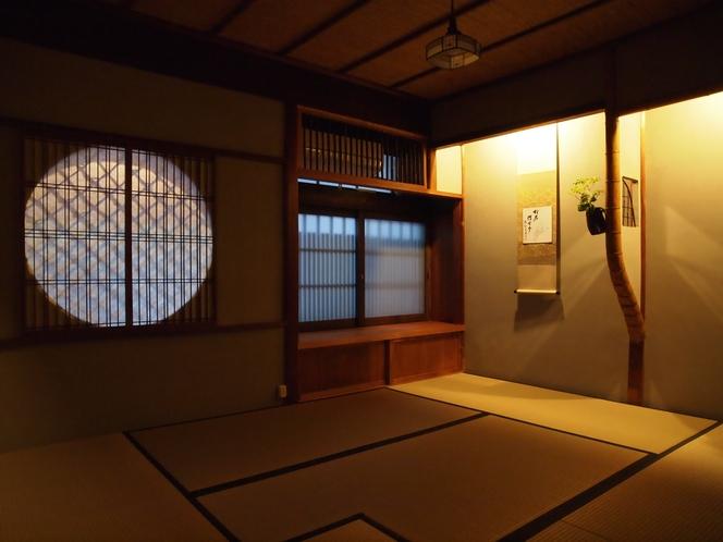【1階居間】夜は床の間の灯りをともして、土壁の表情をお楽しみください。