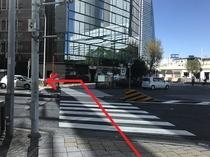 「河合塾」隣の横断歩道を「IMON」ビル方面へ渡り、左に曲がります。