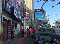 「河合塾」手前の横断歩道を渡り、「IMON」ビルを目指します。