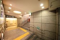 【アクセス4】5番出口の階段を登ります。