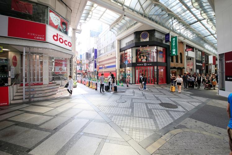 【アクセス6】地上に出ると左右が心斎橋筋商店街となります。ドコモショップ奥を直進します