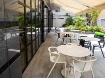 【景観】テラスを望む開放的なレストランで、ゆったりとした朝食タイムをお過ごしください。