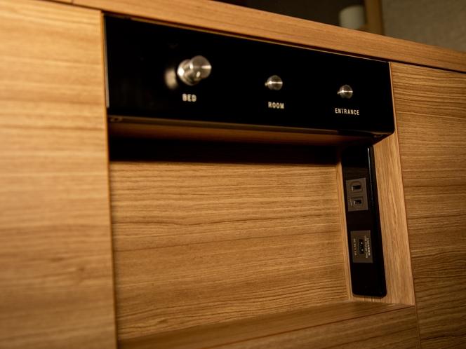【部屋設備】あると便利な枕元にコンセント、USB端子を備えたナイトパネル