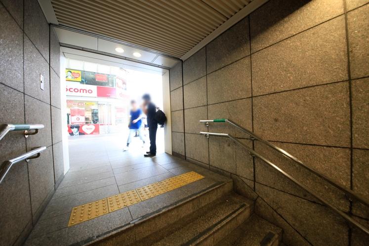 【アクセス5】5番出口の階段を登ります。