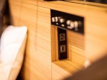 【客室備品】あると便利な枕元にコンセント、USB端子を備えたナイトパネル