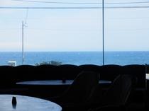 ロビーからも相模灘と伊豆大島の景色をのぞめます。
