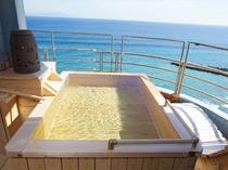 【特別室】最上階にある源泉掛け流しの温泉露天風呂付和洋室。