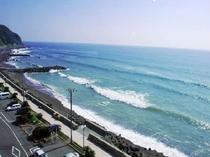 お部屋からは熱川の海をご覧いただけます。