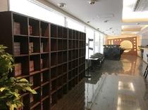 【リラクゼーションルーム】マンガ本コーナー、マッサージチェアなど無料でご利用いただけます。