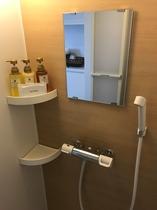 各戸のシャワーブース(温暖な沖縄スタイルでバスタブはございません)