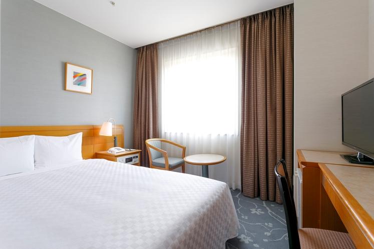 【スタンダードダブル】 ベッド幅140cm×1台/15平米/大きな窓がゆとりの空間を演出。