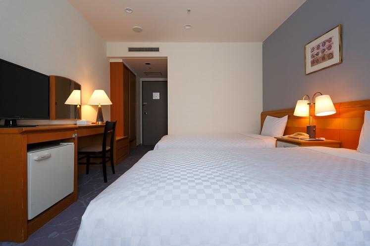 【スタンダードツイン】 ベッド幅110cm〜120cm×2台/21.1平米/大きな窓がゆとりの空間。