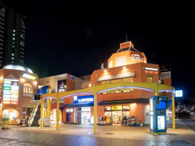 【周辺施設】コンビニエンスストアやレストランは目の前!ちょっとしたお買い物やお食事に便利です♪