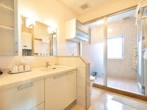 【客室】清潔感のある洗面台とシャワールーム