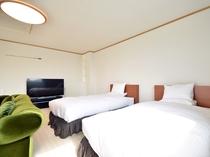 【客室】セミダブルベッドを2台、この他にシングルベッドと布団の貸し出しがございます