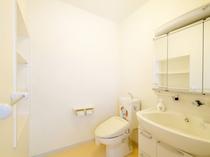 【客室】シングル側に設置してあるトイレ・洗面台