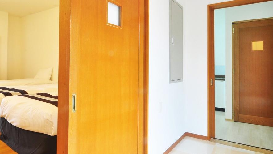 【別館1Fルーム】玄関を入ると、左は寝室、右はトイレ・流し台があります