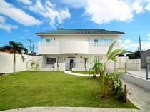 【外観】芝生の上で沖縄の風を感じてください