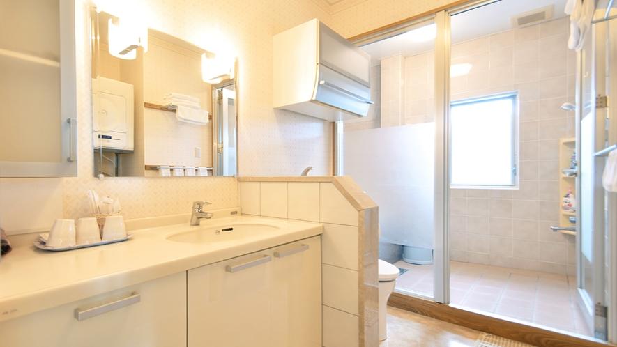 【別館2Fルーム】客室:清潔感のある洗面台とシャワールーム