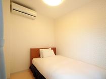 【客室】シングルベッドのお部屋も空調完備しております