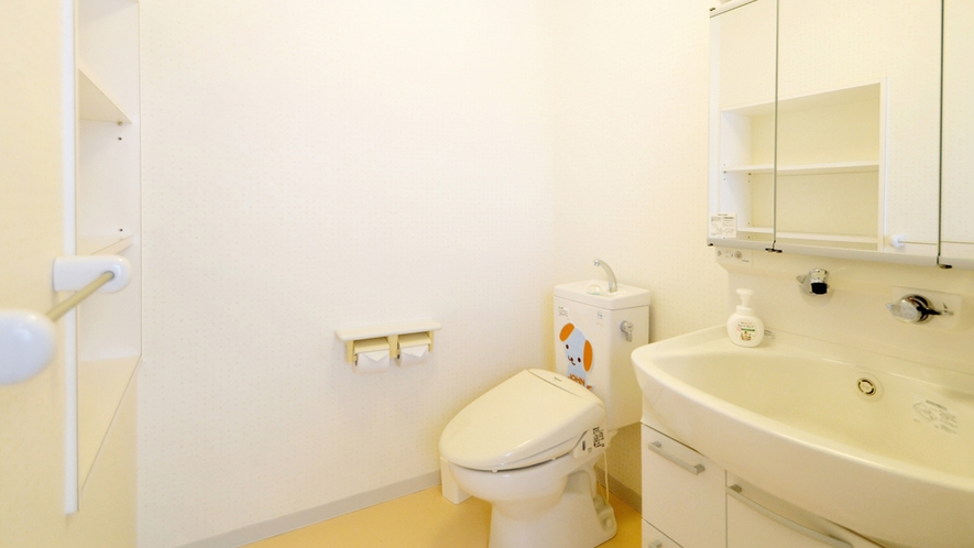 【別館2Fルーム】客室:シングル側に設置してあるトイレ・洗面台