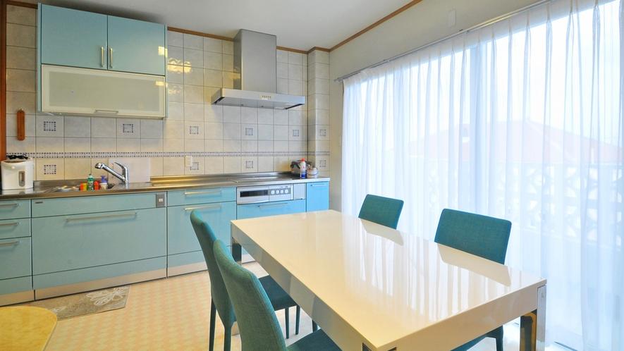 【別館2Fルーム】ダイニングキッチン:調理器具など完備しております。