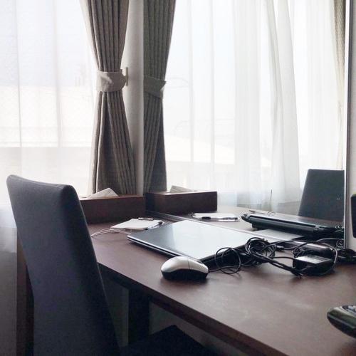 パソコンを置いても広々とご利用いただけるデスクが全室にございます♪