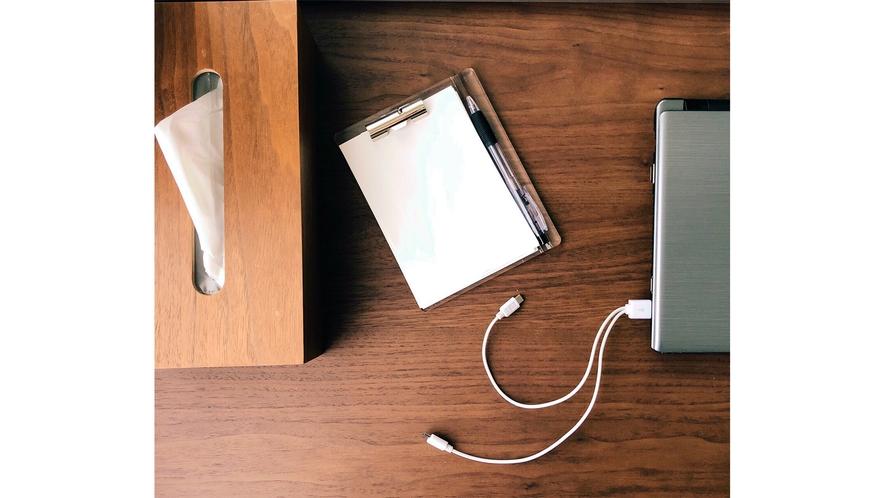 お部屋でも広々デスクでお仕事ができるスペースございます。