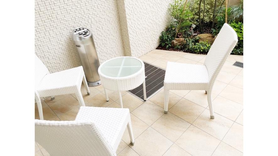 1階入口の外にもテーブルとチェアーを設け、喫煙スペースとしてご利用頂けます。