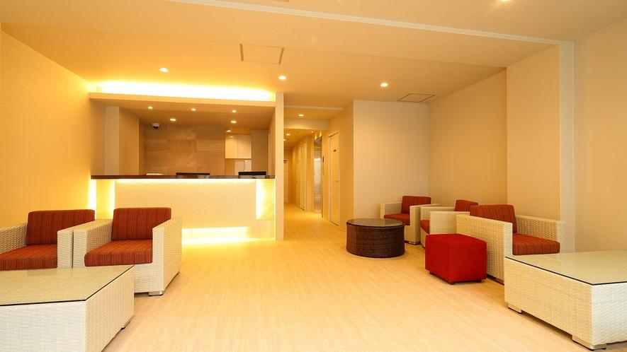 ロビー:間接照明やインテリアなどビジネスホテル特有の窮屈さを感じられないよう、広々とした空間です。