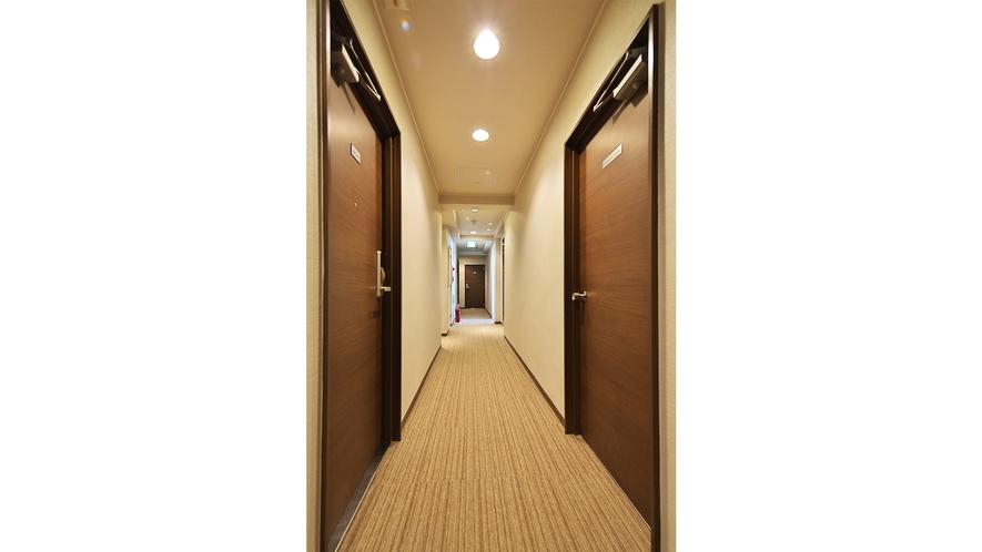客室廊下:毎日帰ってきても気持ちよく過ごして頂けるよう清潔感を大事にしています。