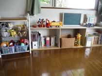 子供用玩具と本