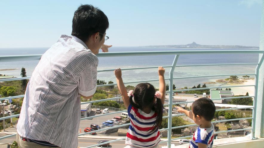 【眺望】バルコニーからは青い海と空、伊江島をのぞむ絶景が楽しめます。