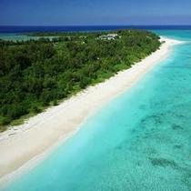 白い砂浜に囲まれた水納島
