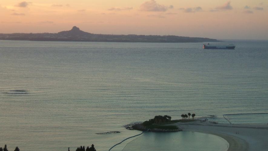【伊江島】 ホテルの西に位置する伊江島。ホテルからは伊江島の美しい景観が楽しめる。