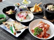 【スタンダード夕食一例】スタンダードでも紅ズワイガニ1杯付!日本海で育まれた魚介類をご堪能ください。