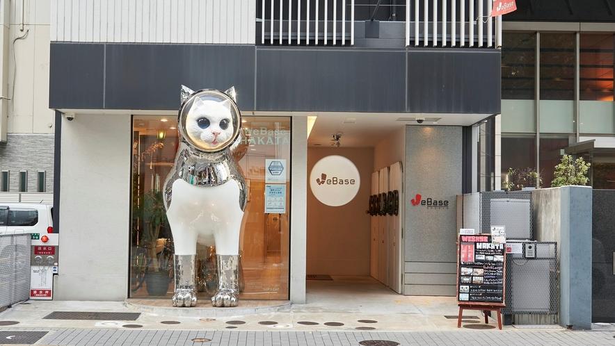外観:インパクト大!ヤノベケンジ氏制作の『SHIP'S CAT』が皆様をお出迎え