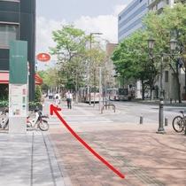 ④そのまま30秒ほど歩くと、大きな交差点があります。