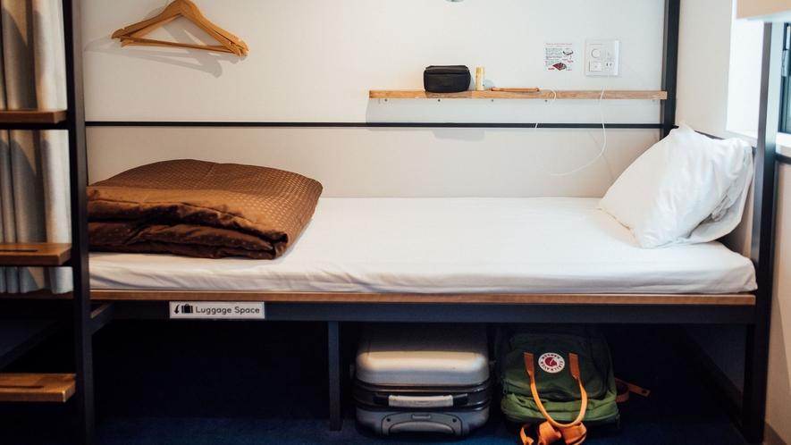 二段ベッドルーム:USBポート・コンセント・読書灯・遮光カーテン・貴重品ロッカー完備
