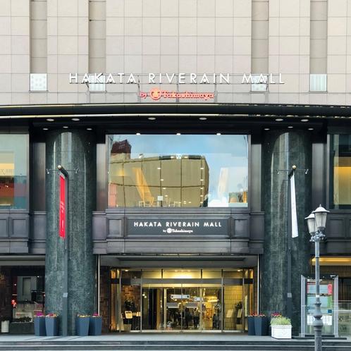 ファッションや飲食店などが入る、大型複合商業施設『博多リバレインモール』