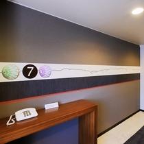 エレベーターホールには、城下町松本の伝統工芸品「松本てまり」をあしらったデザインが♪