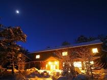 明りが灯る白駒荘の夜