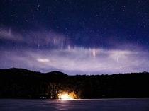 結氷した白駒池から見た白駒荘と星空とライトピラー