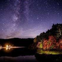 紅葉と星空