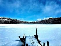 結氷した極寒の白駒の池
