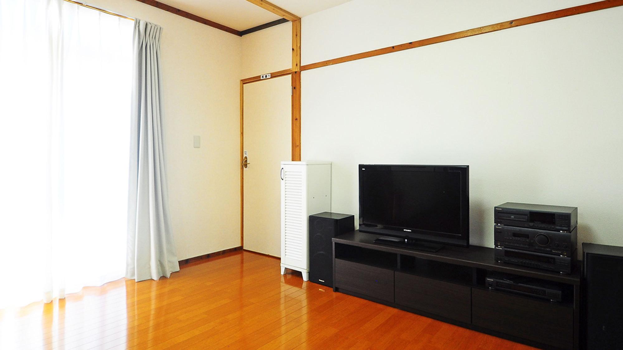 【リビングルーム】リビングにあるテレビ※オーディオ機器は古いため、使用できない部分もございます
