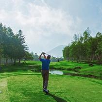 *ゴルフ/夏でも涼しいニセコ。清々しい空気の中でのショットは格別です。