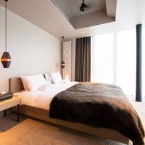 *2ベッドルームコダチデラックス室内一例/ツインまたはダブルベッドの寝室。