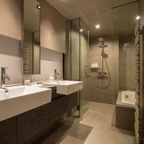 *室内一例/バスタブ付のバスルーム。